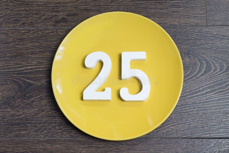 Aantal vijfentwintig op de gele plaat royalty-vrije stock fotografie