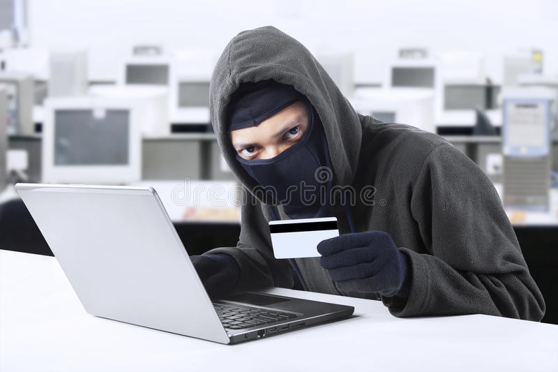 Download Aantallen Van De Hakker Stealing Creditcard Stock Foto - Afbeelding bestaande uit hacking, gangster: 39106668