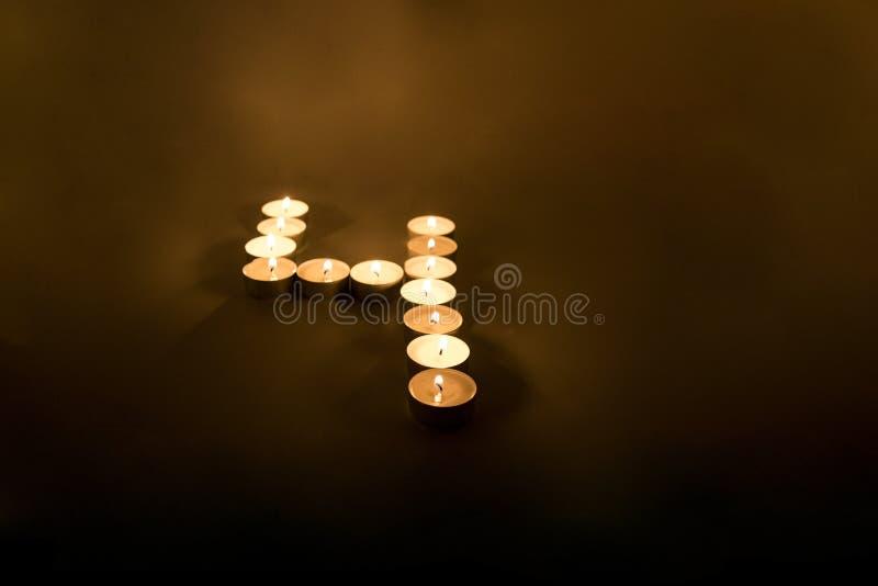 Aantallen van kaarsen op zwarte achtergrond worden gemaakt die royalty-vrije stock foto's