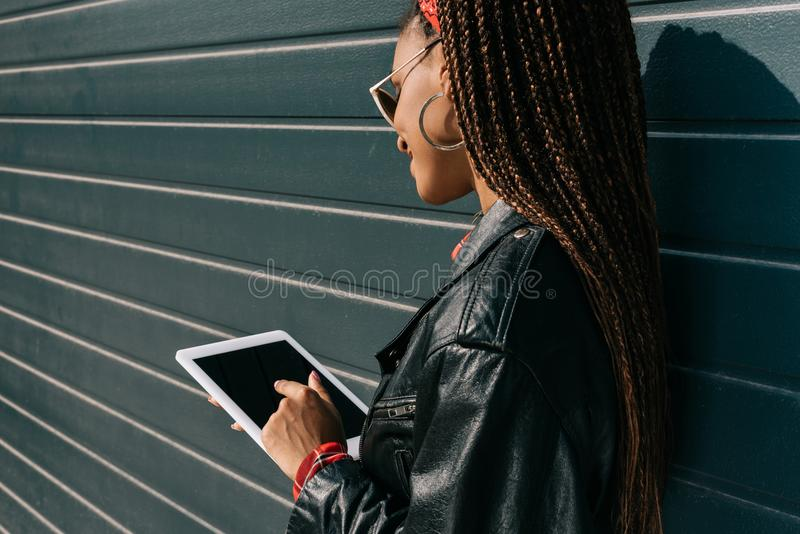 aantrekkelijk Afrikaans Amerikaans meisje in leerjasje het gebruiken royalty-vrije stock afbeeldingen