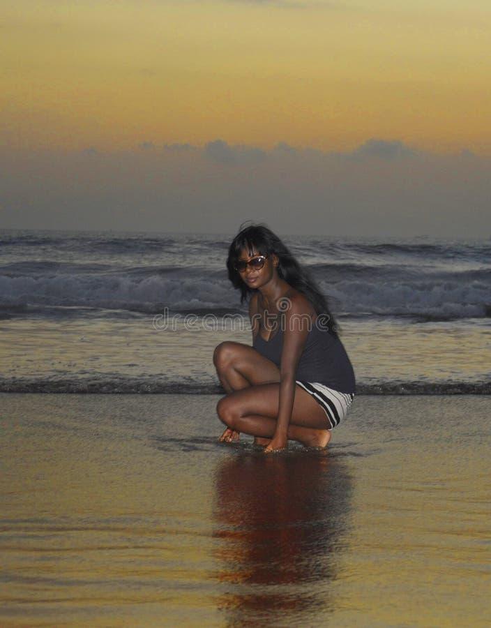 Aantrekkelijk Afrikaans Amerikaans zwarte op zonsondergangstrand lopen die van water genieten en ontspannen zand die royalty-vrije stock afbeelding