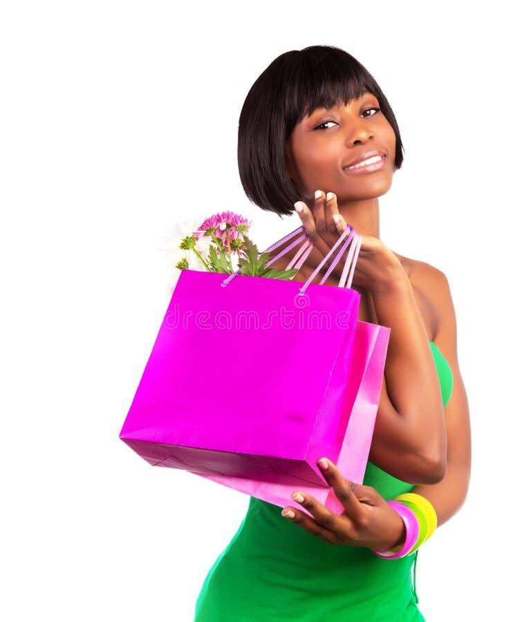 Afrikaans wijfje met het winkelen zak royalty-vrije stock afbeeldingen