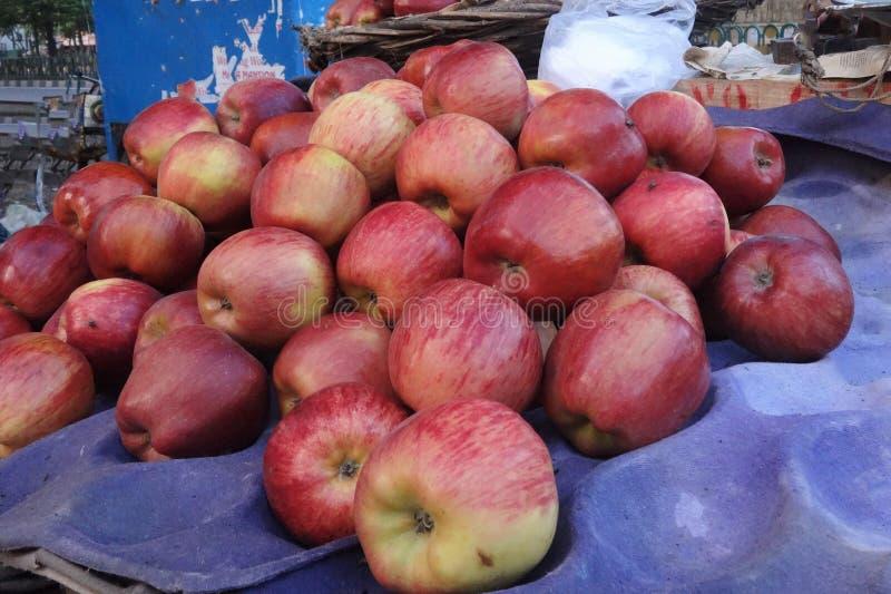 Aantrekkelijk Apple in de markt stock foto's