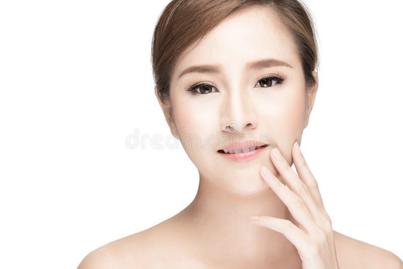 Aantrekkelijk Aziatisch de zorgbeeld van de vrouwenhuid op witte achtergrond stock foto's