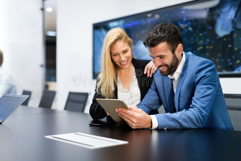 Aantrekkelijk bedrijfspaar die tablet in hun bedrijf gebruiken royalty-vrije stock afbeeldingen