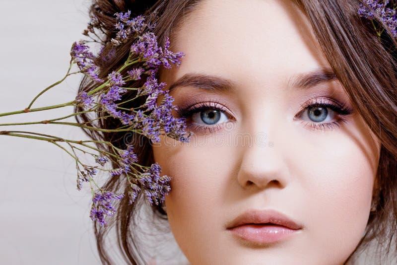 Aantrekkelijk blauw-eyed brunette met een zacht de lentebeeld stock fotografie