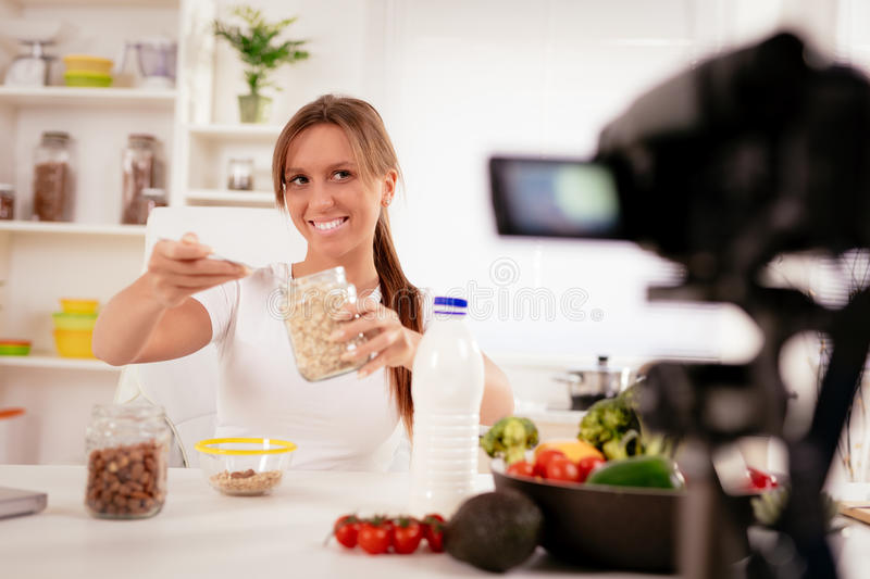 Aantrekkelijk Blogger-Meisje die Video voor u maken royalty-vrije stock foto