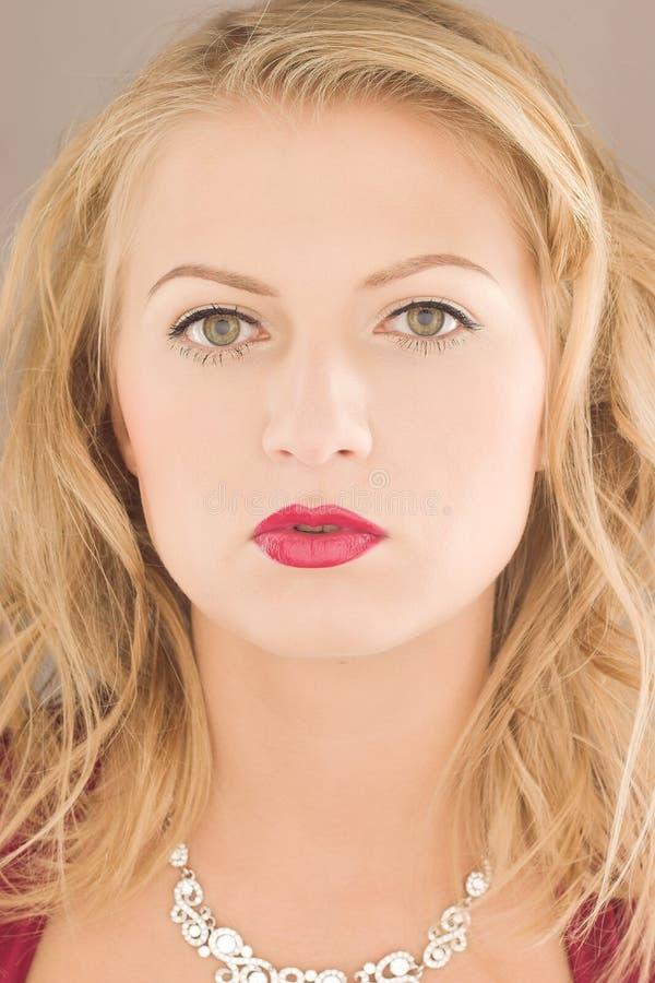 Aantrekkelijk blond meisje stock foto