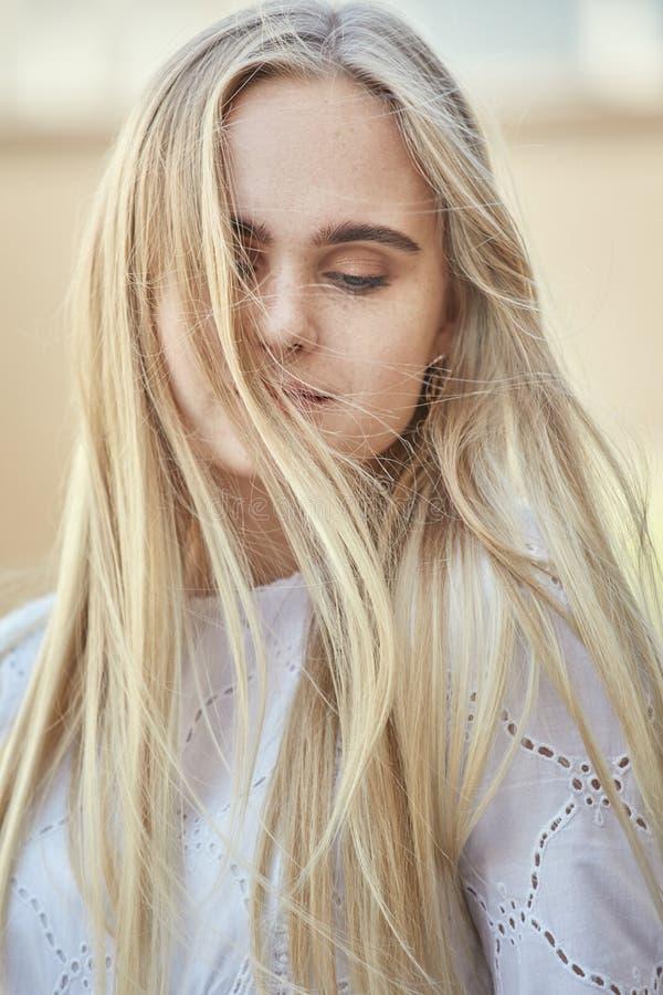 Aantrekkelijk blond meisje royalty-vrije stock foto