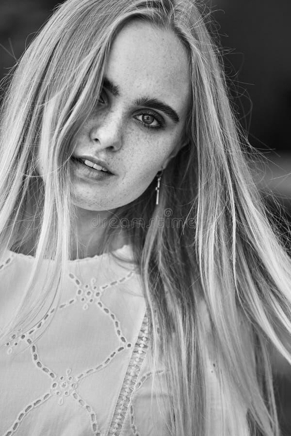 Aantrekkelijk blond meisje stock foto's