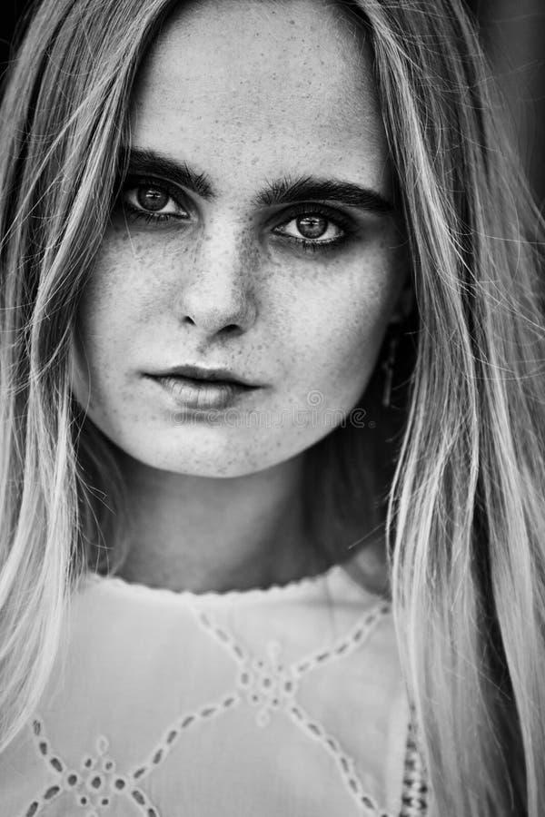Aantrekkelijk blond meisje royalty-vrije stock afbeeldingen