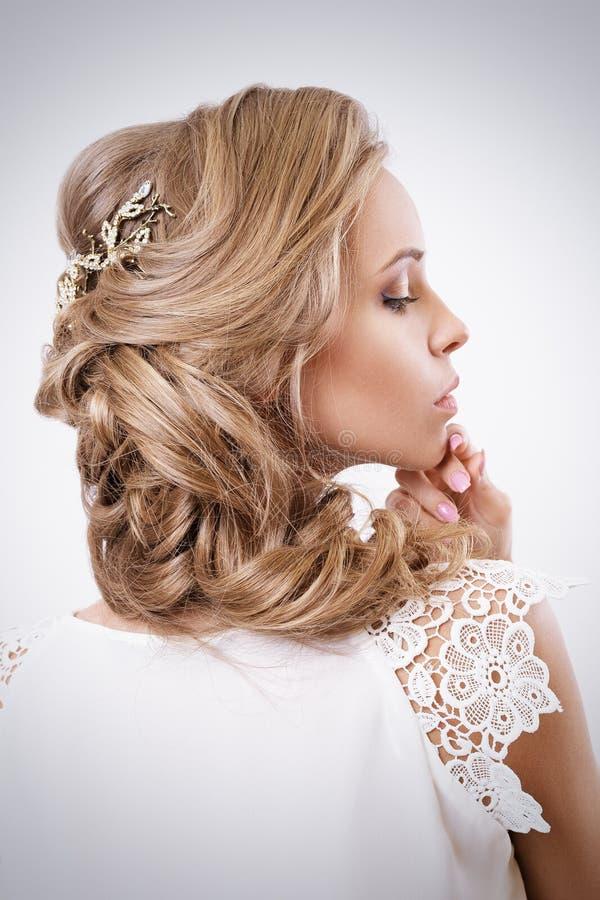 Aantrekkelijk Blonde Curley Bride Portrait Elegantiekapsel en stock fotografie