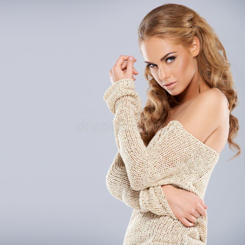 Aantrekkelijk blonde meisje dat terwijl geïsoleerd stelt royalty-vrije stock fotografie