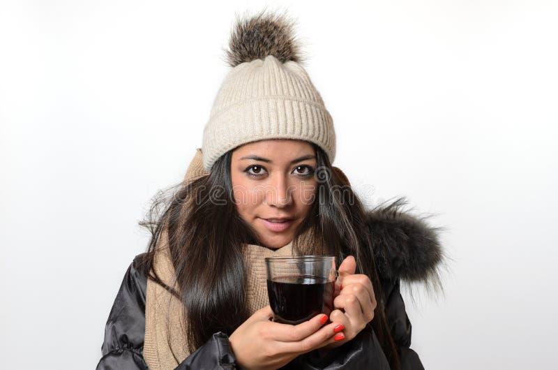 Aantrekkelijk brunette die van een mok hete thee genieten stock foto's