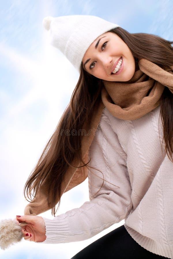 Aantrekkelijk de wintermeisje in openlucht. royalty-vrije stock afbeelding