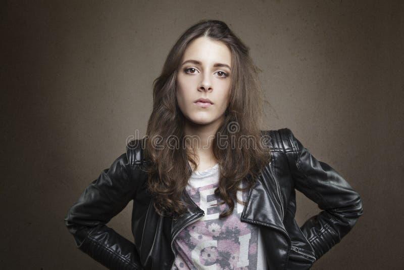 Aantrekkelijk donkerbruin jong meisje op geweven warme achtergrond stock foto