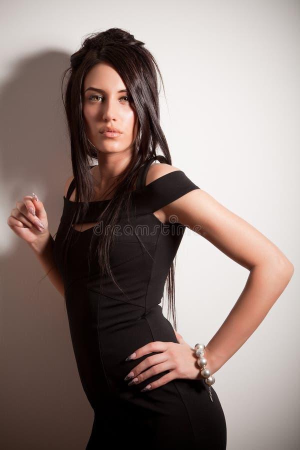 Aantrekkelijk donkerbruin meisje in manier zwarte kleding stock foto's