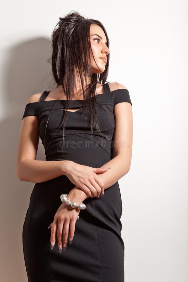 Aantrekkelijk donkerbruin meisje in manier zwarte kleding stock fotografie