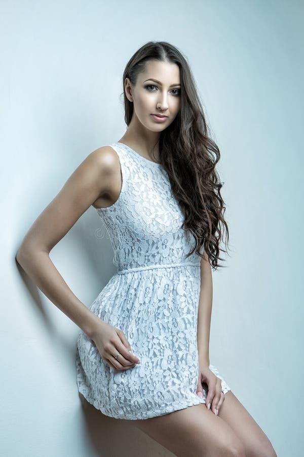 Aantrekkelijk donkerbruin meisje in witte kleren royalty-vrije stock foto's