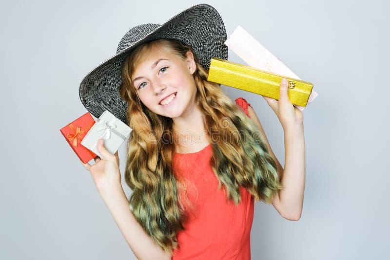 Aantrekkelijk elegant tienermeisje met mooi krullend lang haar royalty-vrije stock afbeeldingen