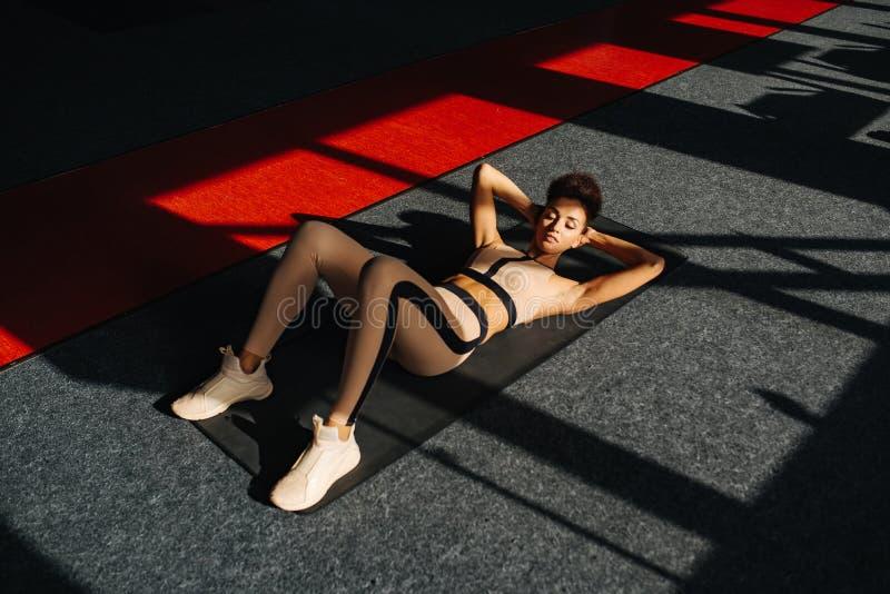 Aantrekkelijk fitness sportenmeisje in gymnastiek stock fotografie