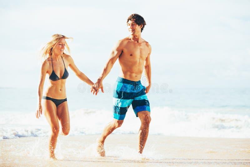 Aantrekkelijk Gelukkig en Paar die lopen spelen royalty-vrije stock afbeeldingen