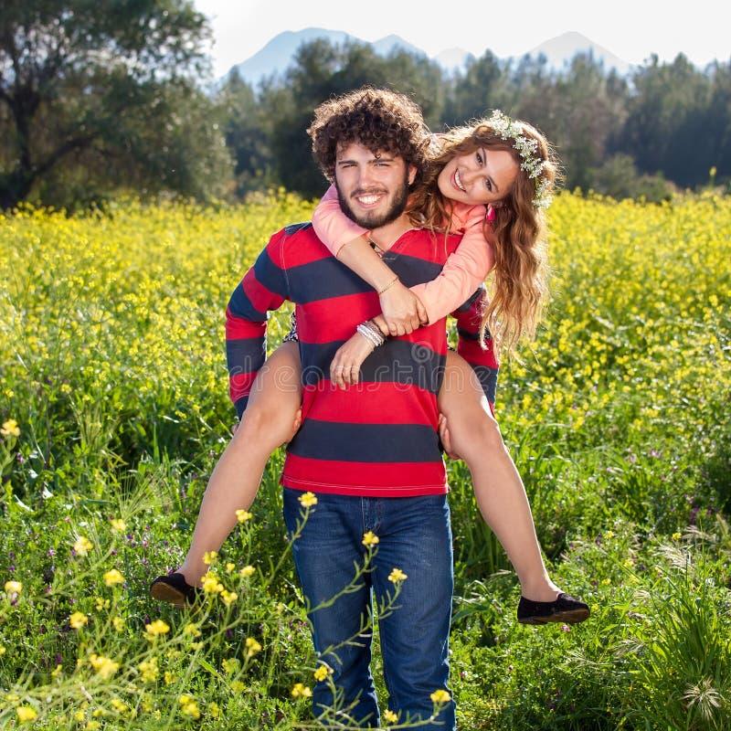 Aantrekkelijk gelukkig onbezorgd paar in het land stock afbeelding