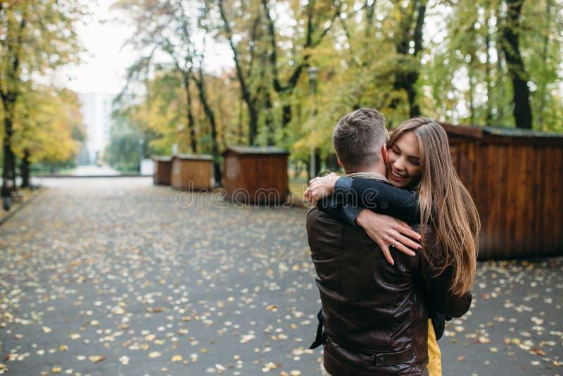 Aantrekkelijk gelukkig paar die in de herfstpark lopen royalty-vrije stock fotografie