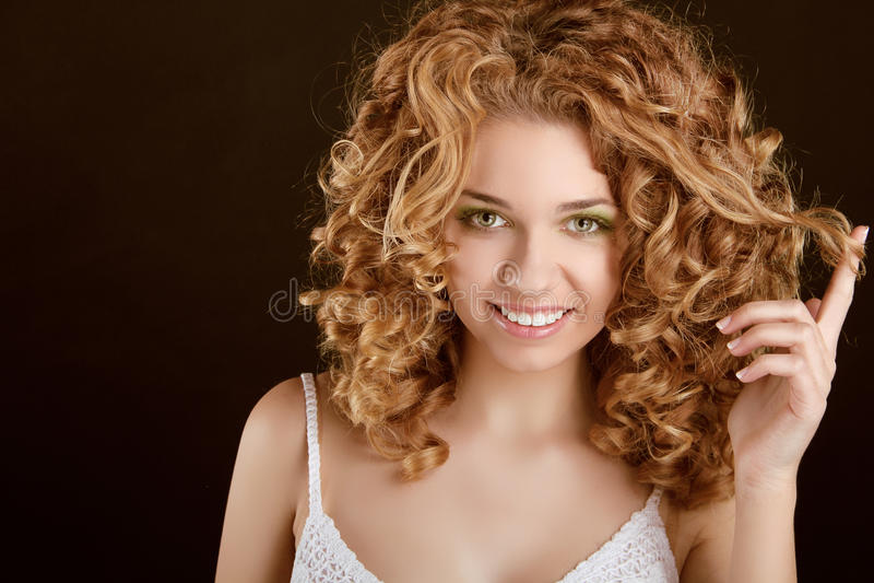 Aantrekkelijk glimlachend tienermeisje met Krullend Haar stock foto's