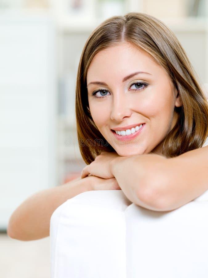 Aantrekkelijk het glimlachen jong vrouwengezicht royalty-vrije stock afbeelding