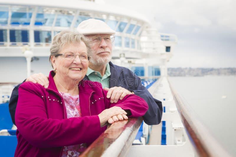 Aantrekkelijk Hoger Paar die van het Dek van een Cruiseschip genieten stock fotografie