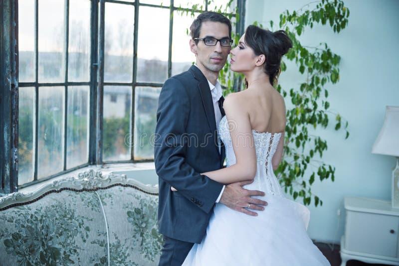 Aantrekkelijk huwelijkspaar na grote partij stock afbeeldingen