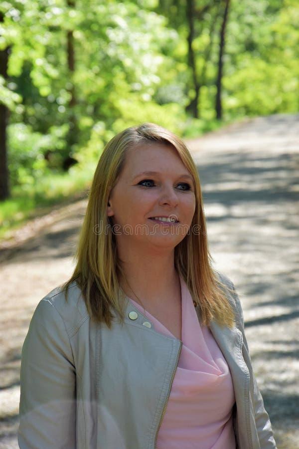 Aantrekkelijk jong blonde in het park royalty-vrije stock foto's