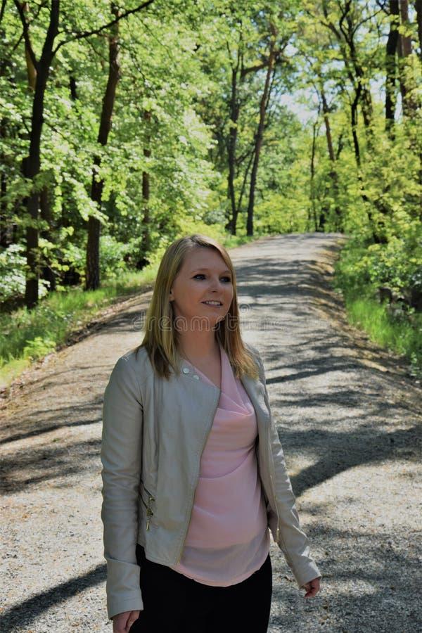Aantrekkelijk jong blonde in het park stock fotografie