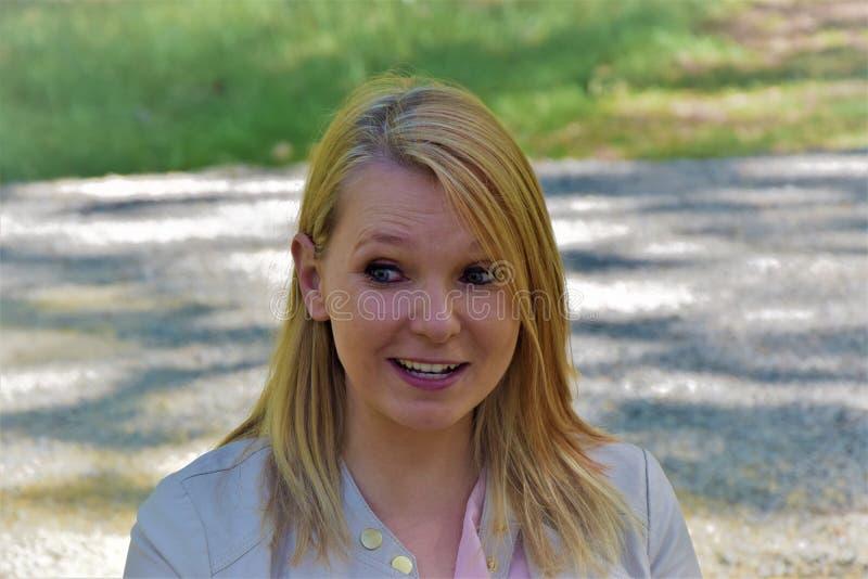 Aantrekkelijk jong blonde in het park royalty-vrije stock afbeelding