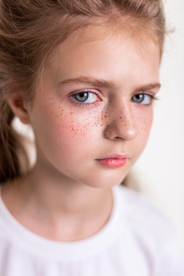 Aantrekkelijk jong licht-haired meisje die opzij met grote blauwe ogen kijken royalty-vrije stock afbeeldingen