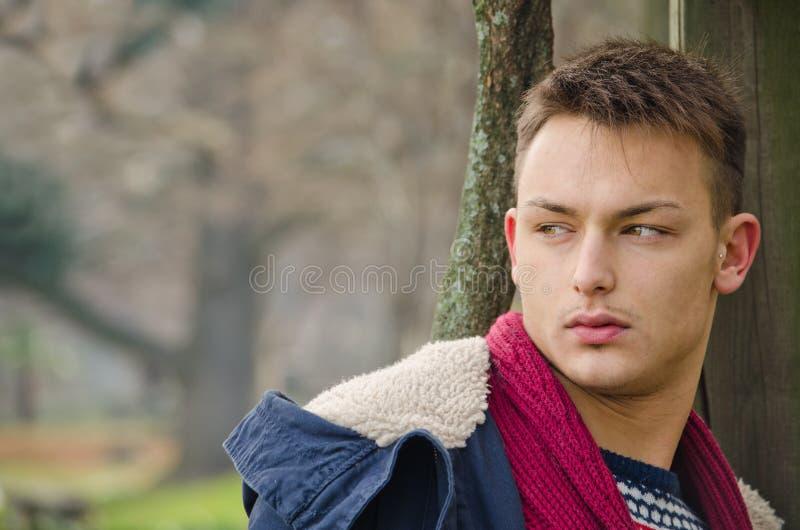 Aantrekkelijk jong mannelijk model in openlucht in aard royalty-vrije stock afbeeldingen