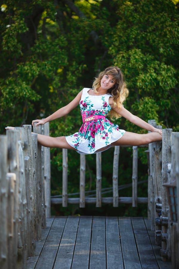 Aantrekkelijk jong meisje die gespleten oefeningen doen royalty-vrije stock foto's