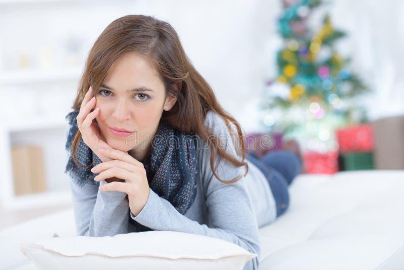 Aantrekkelijk jong meisje die op vloer thuis leggen stock afbeeldingen