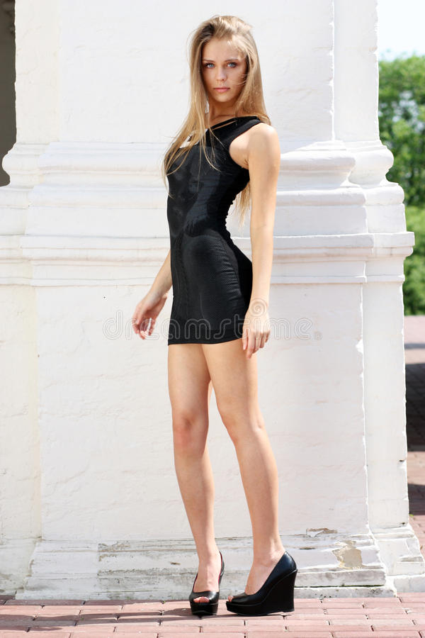 Aantrekkelijk jong meisje in een seksuele kleding royalty-vrije stock fotografie