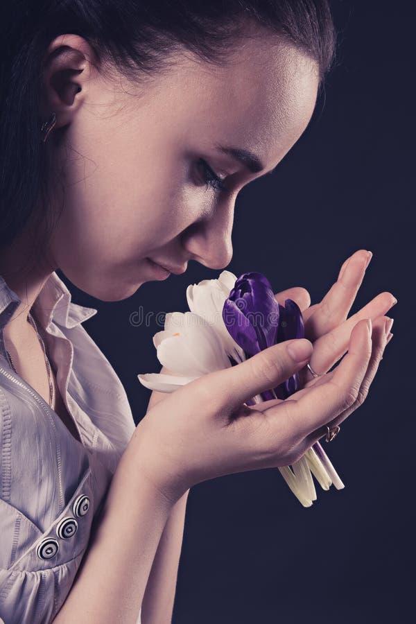 Aantrekkelijk jong meisje met de eerste bloemen royalty-vrije stock fotografie