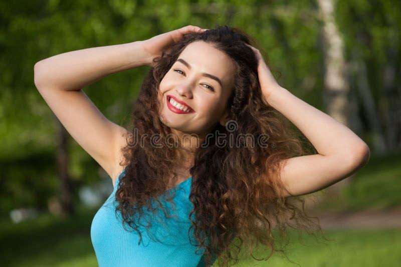 Aantrekkelijk, jong meisje met krullend, lang en haar die, die selfie glimlachen doen stock afbeelding