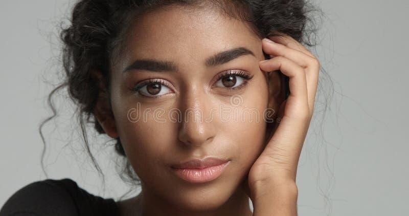 Aantrekkelijk jong model Van het Middenoosten wat betreft haar mooi gezicht met onberispelijke huid stock fotografie