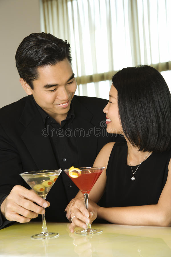 Aantrekkelijk Jong Paar met het Glimlachen van Cocktails stock foto's
