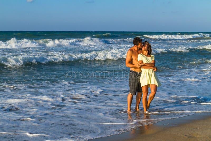 Aantrekkelijk jong paar in strandkleding bij het strand royalty-vrije stock afbeelding