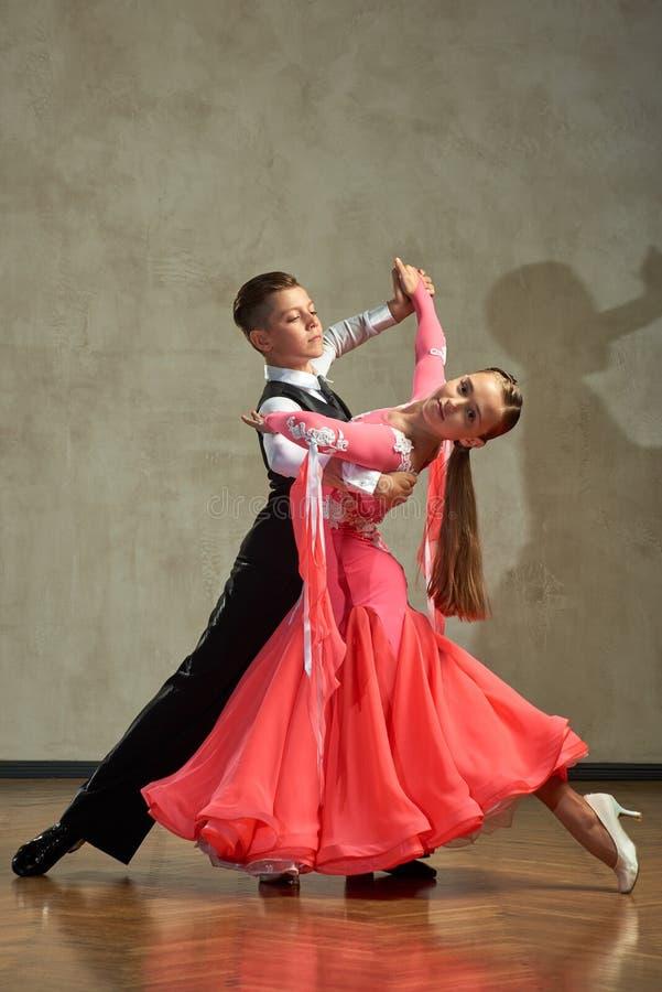 Aantrekkelijk jong paar van kinderen het dansen balzaaldans royalty-vrije stock afbeelding