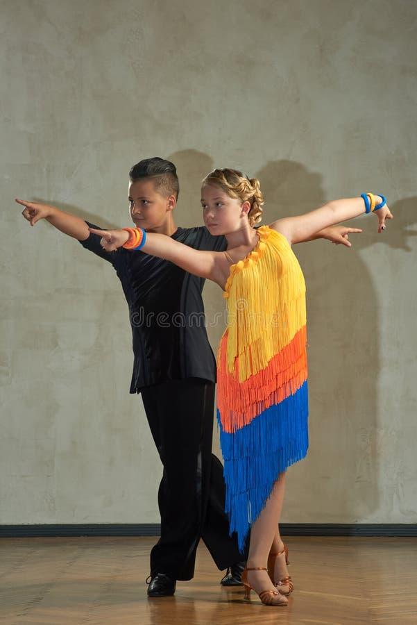 Aantrekkelijk jong paar van kinderen het dansen balzaaldans stock afbeelding