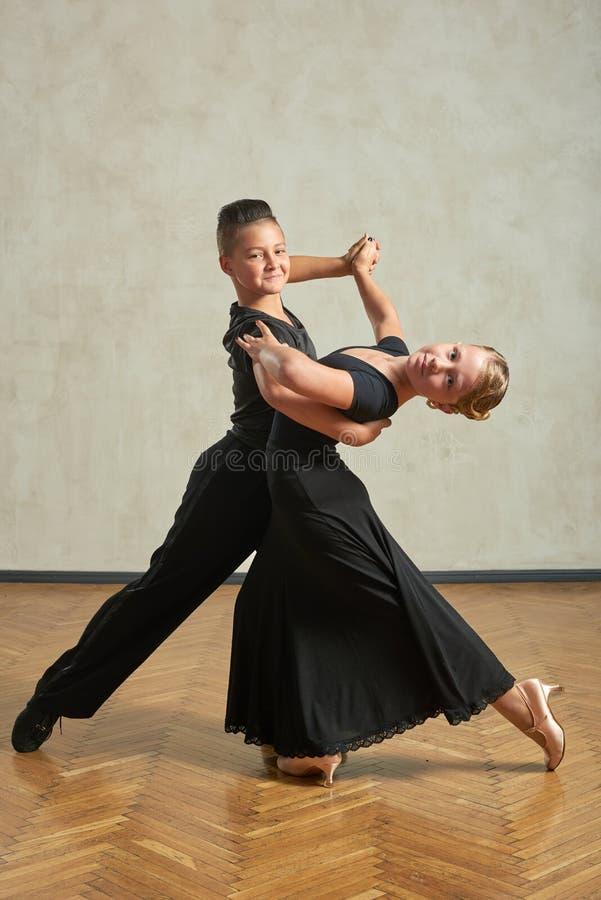 Aantrekkelijk jong paar van kinderen het dansen balzaaldans stock afbeeldingen