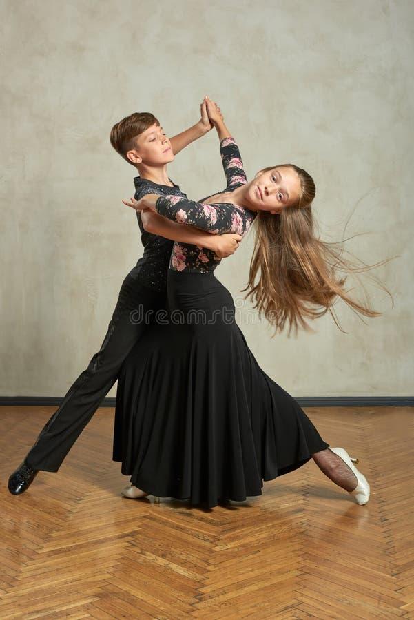 Aantrekkelijk jong paar van kinderen het dansen balzaaldans royalty-vrije stock foto's