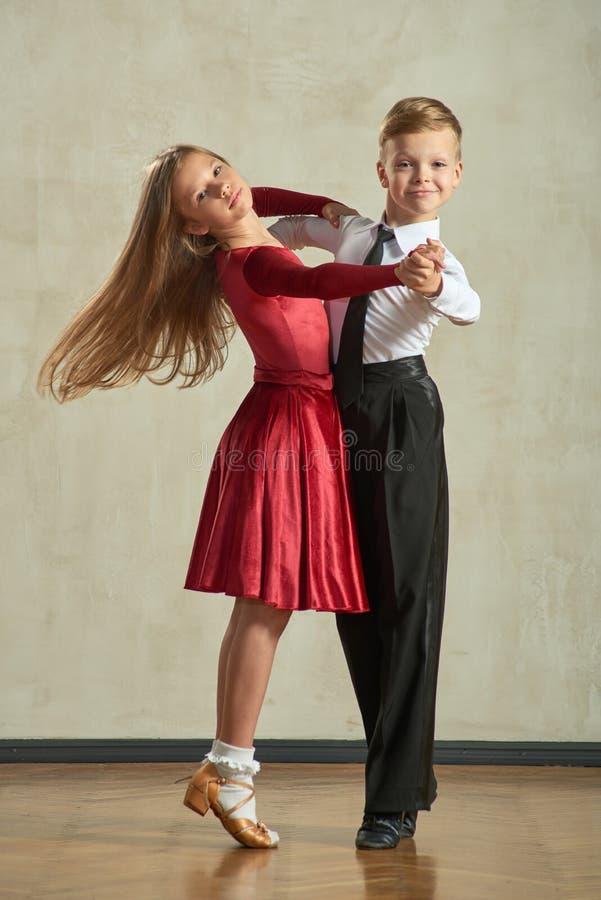 Aantrekkelijk jong paar van kinderen het dansen balzaaldans royalty-vrije stock foto